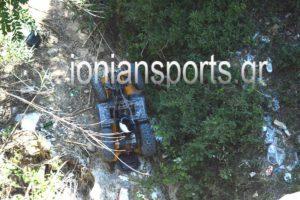 Όχημα – γουρούνα με δύο τουρίστες ξέφυγε από την πορεία του και έπεσε σε γκρεμό (Φώτο)
