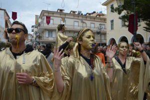 Πλήθος καρναβαλιστών «πλημμύρισε» με χαμόγελο και χρώμα την πόλη της Ζακύνθου