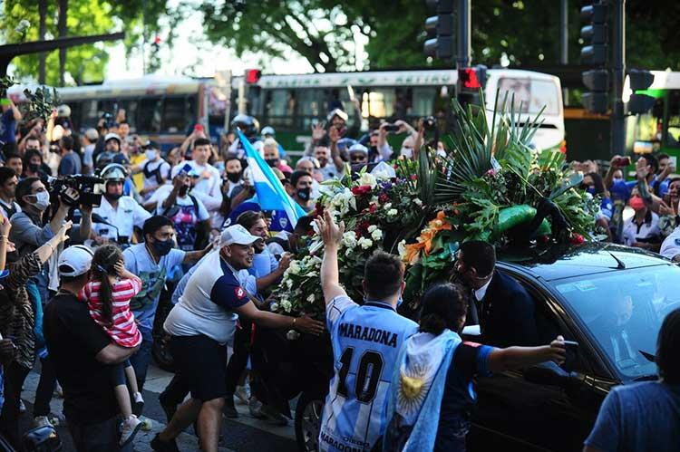 Κηδεία Μαραντόνα LIVE: Οδηγείται στην τελευταία του κατοικία ο «Ντιεγκίτο» – Χιλιάδες στην πομπή